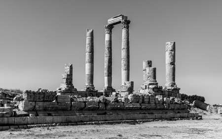 A black and white picture of the Temple of Hercules in Amman.