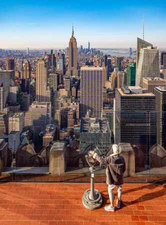 A picture of a man overlooking the view at the Top of the Rock. Foto de archivo