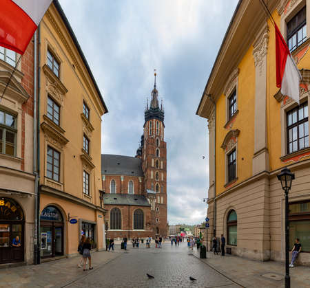 """A panorama picture of one iconic St. Mary's Basilica as seen from the FloriaÅ""""ska Street, in Krakow. 新聞圖片"""