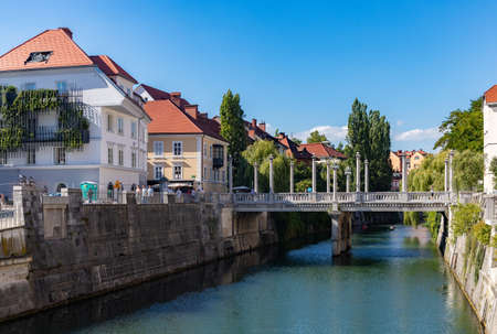 A picture of the Cobblers Bridge as seen from one of the margins of the Ljubljanica river. 免版税图像