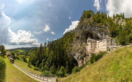 A panorama picture of the Predjama Castle and the surrounding landscape. 版權商用圖片