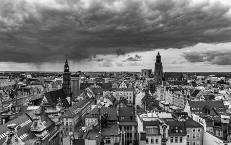 A black and white panoramic view of Wroclaw taken from a vantage point. 版權商用圖片 - 158859043