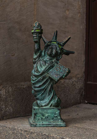 A close-up of one of the many gnomes that pop up over Wroclaw, this one copying the Statue of Liberty. 版權商用圖片 - 158859049