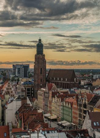 A picture of the sun setting over Wroclaw's Market Square. 版權商用圖片 - 158859034
