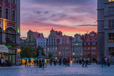 A picture of the sunset over the Market Square and Solny Square in Wroclaw. 新聞圖片