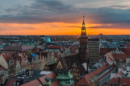 A panoramic view of Wroclaw's Town Hall Tower and Market Square at sunset. 新聞圖片
