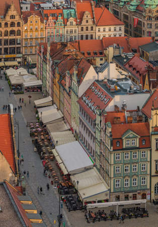 A picture of the north side of Wroclaw's Market Square taken from a vantage point. 版權商用圖片 - 158859037