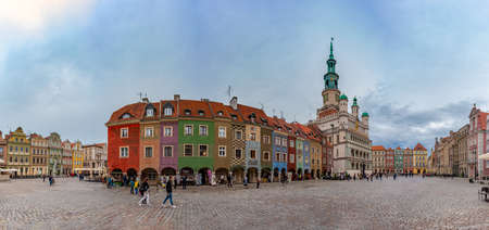A panorama of the Old Market Square in Poznan. 版權商用圖片 - 158859056