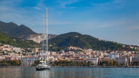 A picture of a sailing boat resting in Salerno. 版權商用圖片 - 159073677