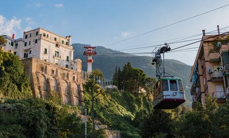 A picture of the Monte Faito cable car arriving at the Castellammare di Stabia sation. 版權商用圖片 - 159073678