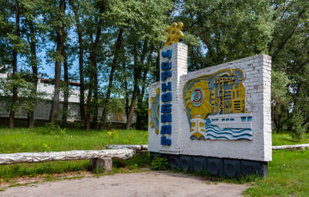 A black and white picture of the large town sign of Chernobyl in the main access road. 新聞圖片