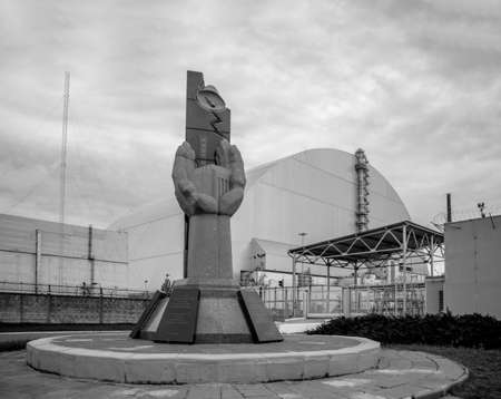A black and white picture of the memorial in front of the Chernobyl nuclear power plant. 新聞圖片