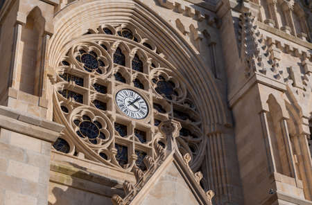 A close-up of the front clock of the Notre-Dame Church, in Cholet. 新聞圖片