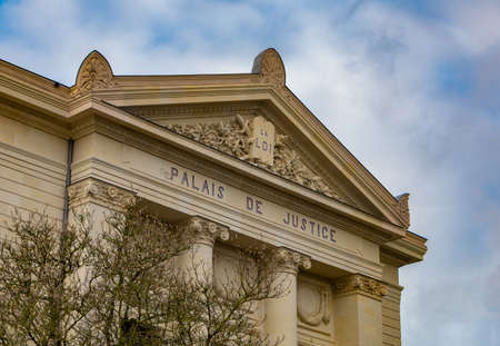 A picture of the front façade of Cholet's courtroom.