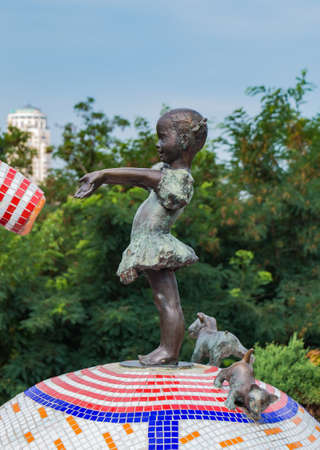 A picture of a sculpture featuring a little girl in the Peizazhna Alley (Kiev). 新聞圖片