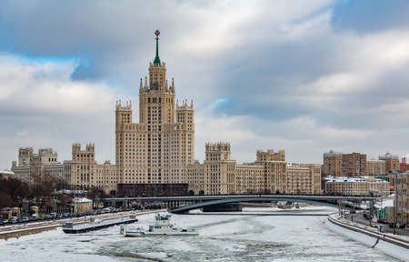 A picture of the Kotelnicheskaya Embankment Building and the frozen river. 版權商用圖片 - 159073559
