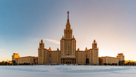A panorama of the Moscow State University taken from the main facade and across the street. 版權商用圖片 - 159073557