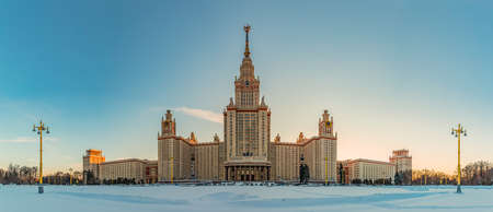 A panorama of the Moscow State University taken from the main facade and across the street. 版權商用圖片 - 159073558