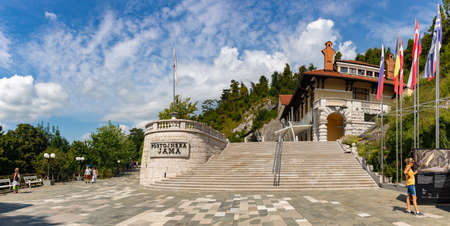 A panorama picture of the entrance to the Postojna Cave. 新聞圖片