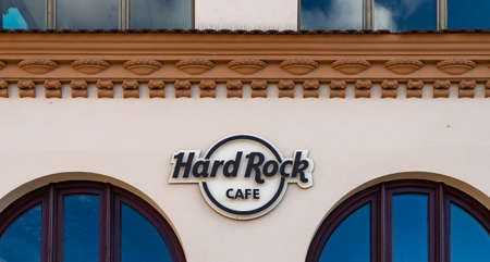 A picture of the Hard Rock Cafe logo on display outside one of the establishments. 新聞圖片