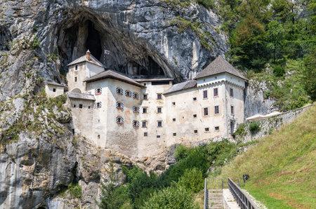 A picture of the Predjama Castle. 新聞圖片