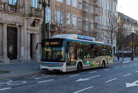 A picture of a Porto bus parked in the Aliados Avenue.