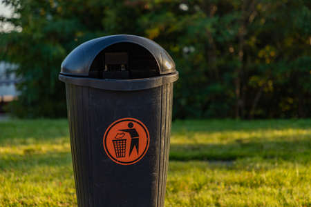 A close-up picture of a trash bin. Standard-Bild