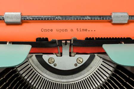 """Máquina de escribir de la vendimia con la frase de """"Érase una vez ..."""" escribió en el Libro Naranja"""
