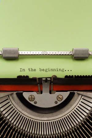 """maquina de escribir: Máquina de escribir de la vendimia con la frase """"En el principio"""" con tipo de fotografía Libro Verde Vertical"""