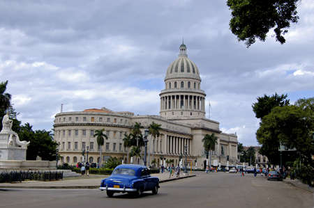 wide angle view from the Capitolio with a vintage car, at Havana, Cuba Standard-Bild
