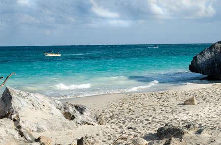 Tropischen Strand mit einem Fischerboot im Meer  Standard-Bild - 2846079