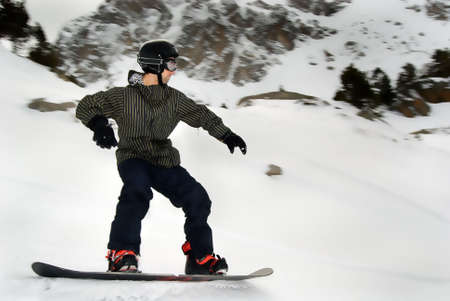 Youg mand Snowboarden in der moutain aus der Bahn  Standard-Bild - 2862155