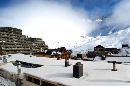 Dorf in Pyrénées in den Winter  Standard-Bild - 2899686