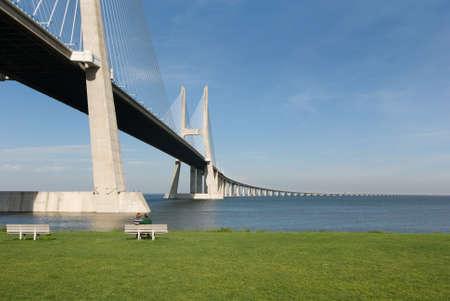 Vasco-da-Gama-Brücke über den Tejo-Fluss ist die größte Brücke in ganz Europa  Standard-Bild - 3007150