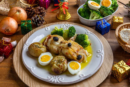 Cod loin baked in olive oil, with potatoes, broccoli, boiled egg and black olives. Typical dish of Portugal. Christmas decoration. 免版税图像