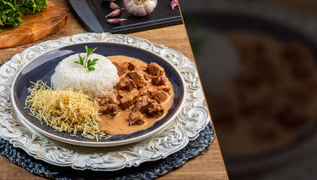 Chicken stroganoff with rice and chips. Top view. Space for text. 免版税图像