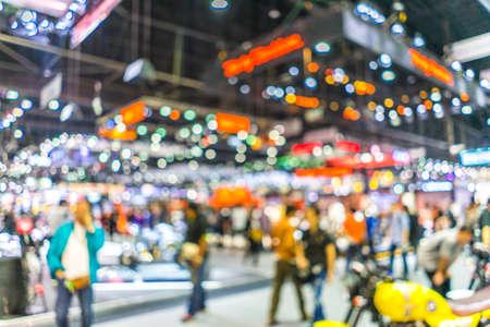 Imagem de fundo desfocado abstrata com bokeh luz das pessoas da multidão no show de exposição de carros
