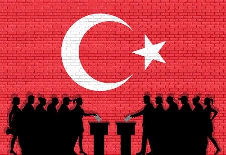 Électeurs turcs foule silhouette en élection avec drapeau de la Turquie graffiti devant le mur de briques Tous les objets de silhouette, icônes et arrière-plans sont dans des couches différentes.