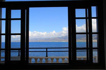 ventanas abiertas: hermosa vista al mar desde la ventana Foto de archivo