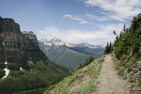Wandelpad in het bos en bergen in Glacier National Park