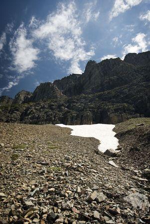 Smeltende sneeuw patch in de bergen van Glacier National Park Stockfoto