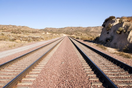 Twee spoorwegtrein nummers parallel bewegen door de Amerikaanse woestijn