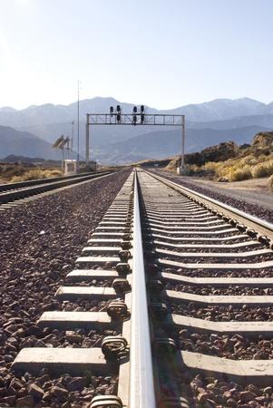 Close-up van een spoorweg spoorlijn post in de verte in de Amerikaanse woestijn