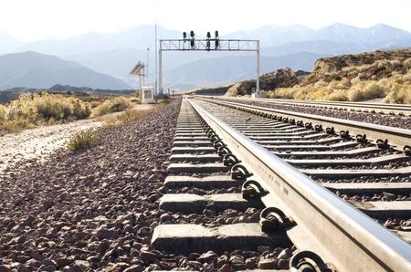 Low profile weergave van een spoorweg spoorlijn verhuizen naar de afstand in de Amerikaanse woestijn