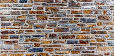 デューク大学の背景にカラフルな石の壁。
