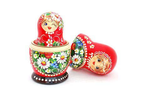 Eine geöffnete russische Puppe, die auf einem weißen Hintergrund isoliert werden.