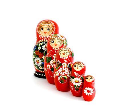 decreasing in size: Cinque in legno bambole russe, isolate on white.