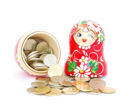 mu�ecas rusas: Una mu�eca de anidaci�n ruso abri� con monedas de rublos ruso sobre fondo blanco.