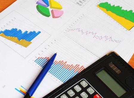 informe comercial: Calculadora y l�piz sobre el informe de negocio.