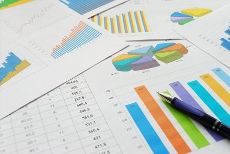 Vista superior de la pluma en documentos financieros. Foto de archivo
